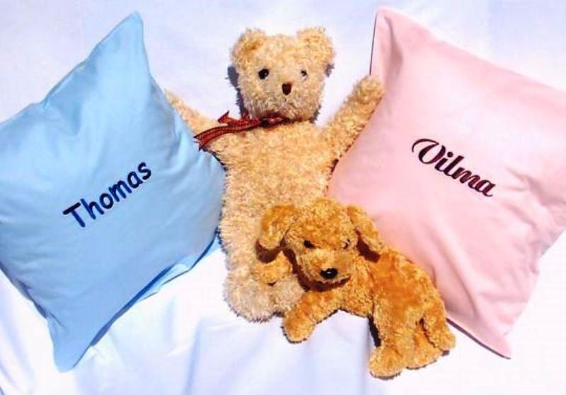 Privatkunden - Stickerei - Kissen Thomas (blau) und Vilma (rosa)